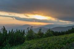 Solnedgång i bergen Lopp till bergen Arkivbild