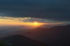 Solnedgång i bergen Lopp till bergen Royaltyfria Foton