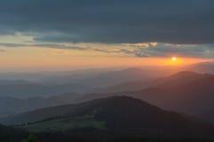 Solnedgång i bergen Lopp till bergen Arkivfoton