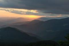 Solnedgång i bergen Lopp till bergen Arkivfoto
