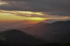 Solnedgång i bergen Lopp till bergen Arkivbilder