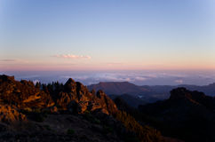 Solnedgång i bergen med träd Royaltyfria Bilder