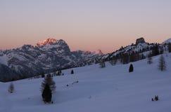 Solnedgång i bergen i vintern, ital Valparola passerande Passo di Valporola, Italien royaltyfria bilder
