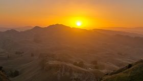 Solnedgång i berget nära Waikaremoana Nya Zeeland arkivbild