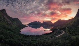Solnedgång i Bergsbotn royaltyfria bilder