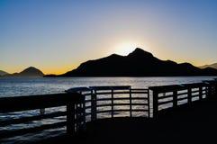 Solnedgång i bergstrandsikten Arkivfoton