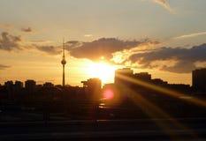 Solnedgång i Berlin, Tyskland. Arkivfoton