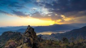 Solnedgång i blåa kullar arkivfoton