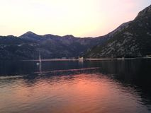 Solnedgång i bokakotorskafjärd i Montenegro Royaltyfri Foto