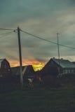 Solnedgång i byn Arkivbild