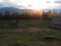 Solnedgång i Carpathiansna arkivfoton