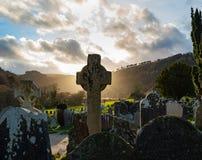 Solnedgång i celtic kyrkogård royaltyfria foton