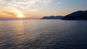 Solnedgång i Cinque Terre, Italien lager videofilmer