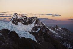 Solnedgång i Cordillerasberg Arkivfoto