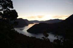 Solnedgång i de Anderna bergen royaltyfri fotografi