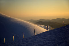 Solnedgång i de Carpathian bergen arkivbild