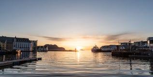 Solnedgång i den Aalesund staden i Norge Fotografering för Bildbyråer
