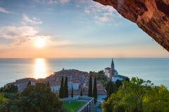 Solnedgång i den Adriatiska havet staden Piran Royaltyfria Foton