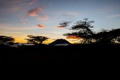Solnedgång i den afrikanska himlen arkivbild