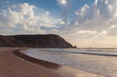 Solnedgång i den Algarve Castelejo stranden, Portugal Arkivfoton