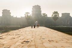 Solnedgång i den Angkor Wat ingången royaltyfria bilder
