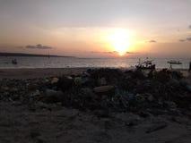 Solnedgång i den bali stranden arkivfoton