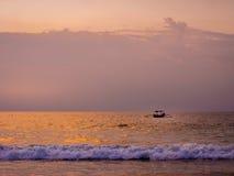 Solnedgång i den Bali stranden, Indonesien Arkivfoto