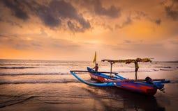 Solnedgång i den Bali stranden, Indonesien Arkivbild