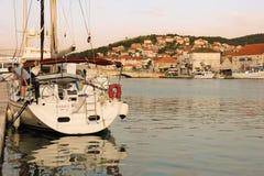 SOLNEDGÅNG I DEN GAMLA STADEN Trogir croatia Royaltyfria Foton