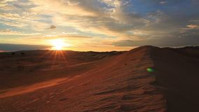 Solnedgång i den Gobi öknen Mongoliet stock video