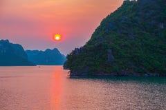 Solnedgång i den Halong fjärden Royaltyfri Foto