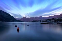 Solnedgång i den Kotor fjärden royaltyfria bilder