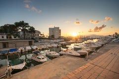Solnedgång i den Las Maravillas kusten i Palma de Mallorca arkivbilder