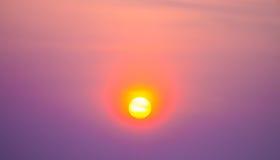 Solnedgång i den livliga himlen Arkivbilder