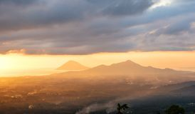 Solnedgång i den Manado staden, norr Sulawesi royaltyfri fotografi