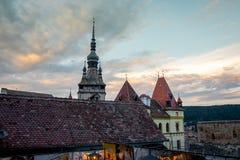 Solnedgång i den medeltida staden SighiÈ™oara från en restaurang royaltyfri foto