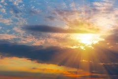 Solnedgång i den molniga himlen Fotografering för Bildbyråer