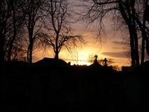 Solnedgång i den Père Lachaise kyrkogården Royaltyfri Fotografi