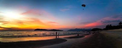 Solnedgång i den Pantai Tengah stranden, Langkawi Royaltyfri Fotografi