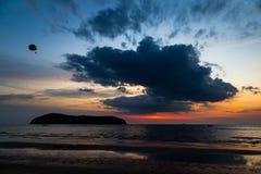 Solnedgång i den Pantai Tengah stranden, Langkawi Royaltyfria Foton