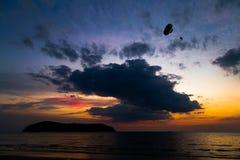 Solnedgång i den Pantai Tengah stranden, Langkawi Arkivbilder
