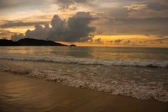 Solnedgång i den Patong stranden Royaltyfri Foto