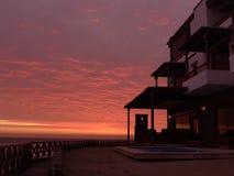 Solnedgång i den Pulpos stranden på söderna av Lima Arkivfoton
