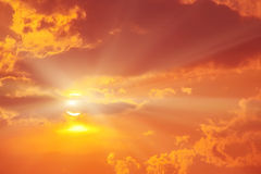 Solnedgång i den röda molniga himlen Arkivfoton