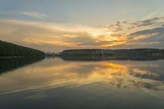 Solnedgång i den reflekterade sjön Royaltyfri Foto
