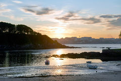 Solnedgång i den Santa Curz stranden i Santa Cruz Galicia, Spanien Arkivfoto