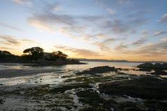 Solnedgång i den Santa Curz stranden i Santa Cruz Galicia, Spanien Royaltyfri Fotografi