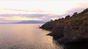Solnedgång i den tomma fjärden av medelhavet, nära den grekiska ön Yttersidan av vattnet skiner i solen, lager videofilmer