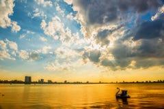 Solnedgång i den västra sjön Royaltyfri Bild