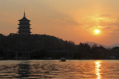 Solnedgång i den västra sjön av Hangzhou, Kina Royaltyfria Bilder